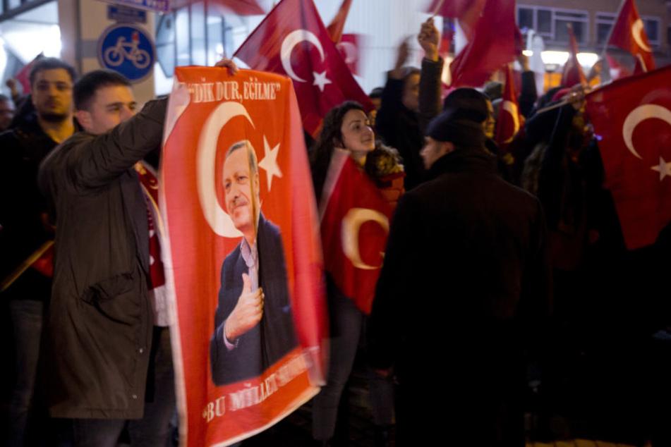 Unterstützer des türkischen Präsidenten Erdogan demonstrieren am 12. März in Rotterdam vor dem türkischen Konsulat.