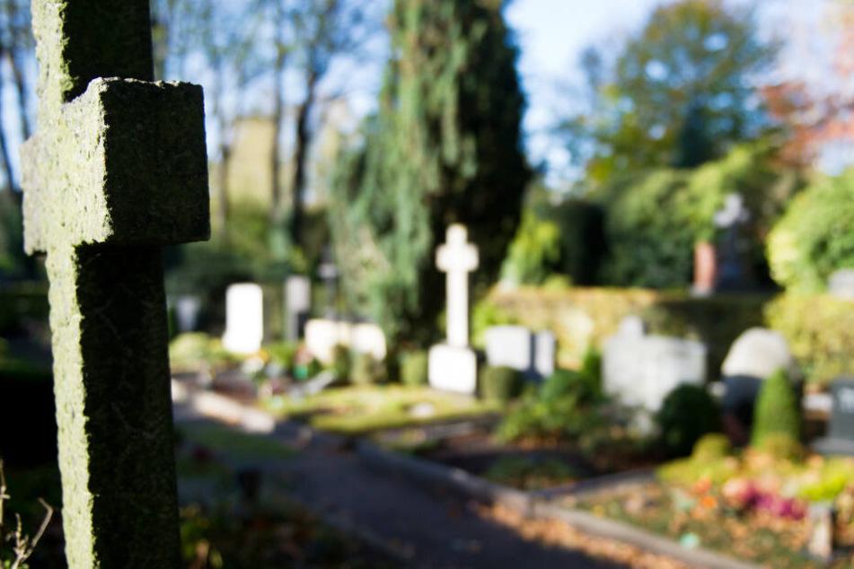 Frau (25) stiftet Pärchen zu Sex auf Grabstein an und tanzt ausgelassen auf dem Friedhof