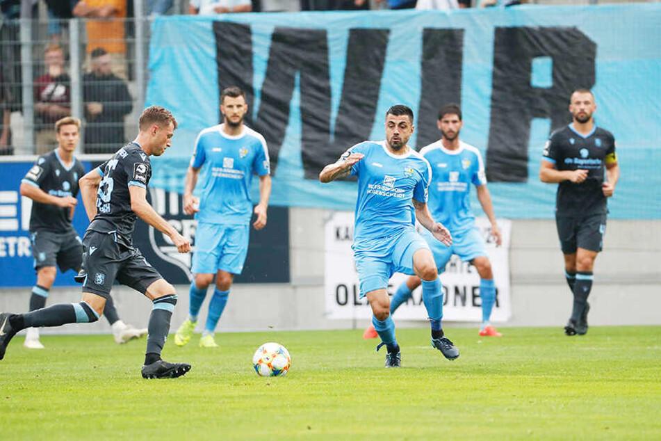CFC-Kicker Georgi Sarmov (vorne-rechts) läuft Marius Willsch an..