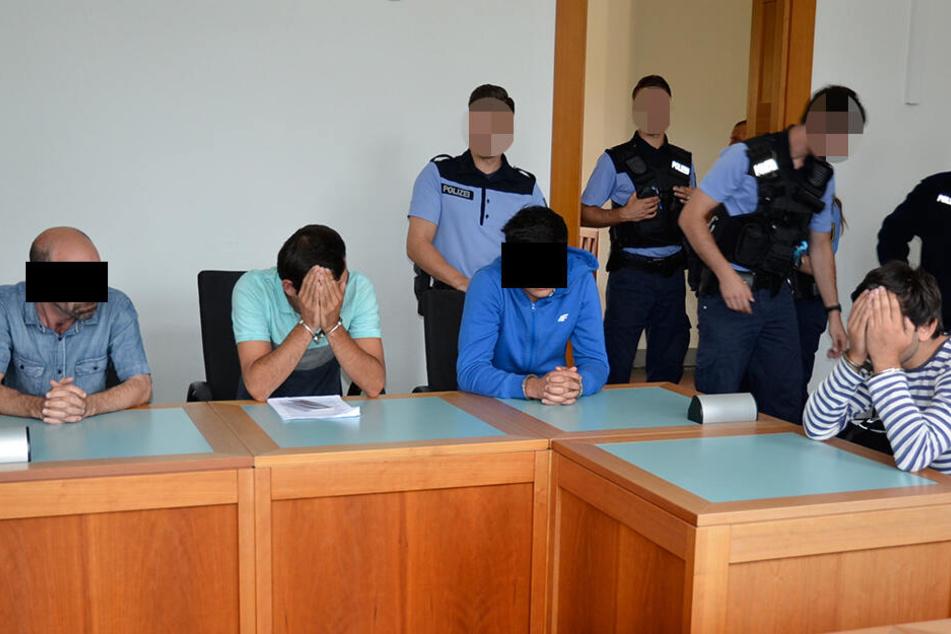 Nach dem Klau ging es sofort auf die Anklagebank (v.l.): David G. (38), Robert J. (22), Giorgi G. (22) und Nika R. (24) wurden sofort verurteilt.