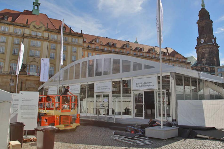 Das Zelt der Bundesregierung am Altmarkt: Mitarbeiter erhielten eine Schulung  gegen Pöbler.