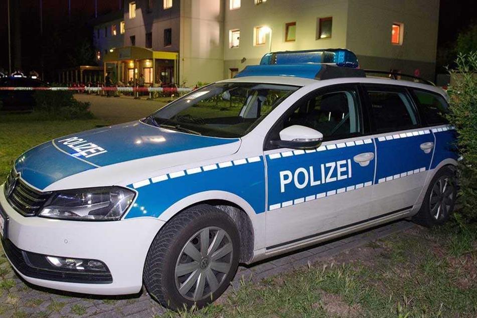 Ein Polizeiauto steht vor einem Asylheim (Symbolbild).