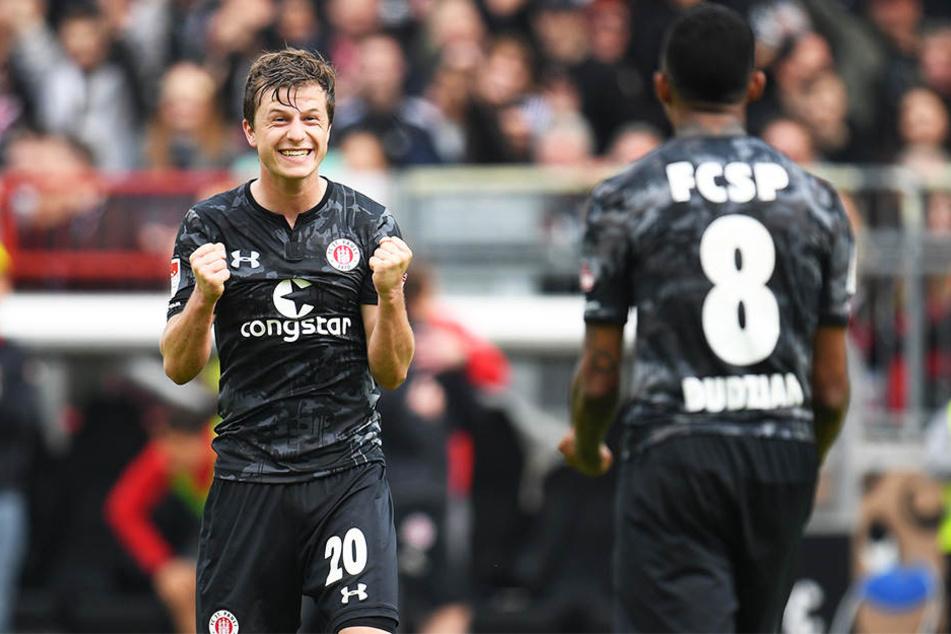 St. Paulis Richard Neudecker (l.) bejubelt mit Teamkollegen Jeremy Dudziak seinen Klassetreffer zum 3:0-Endstand gegen die SpVgg Greuther Fürth.