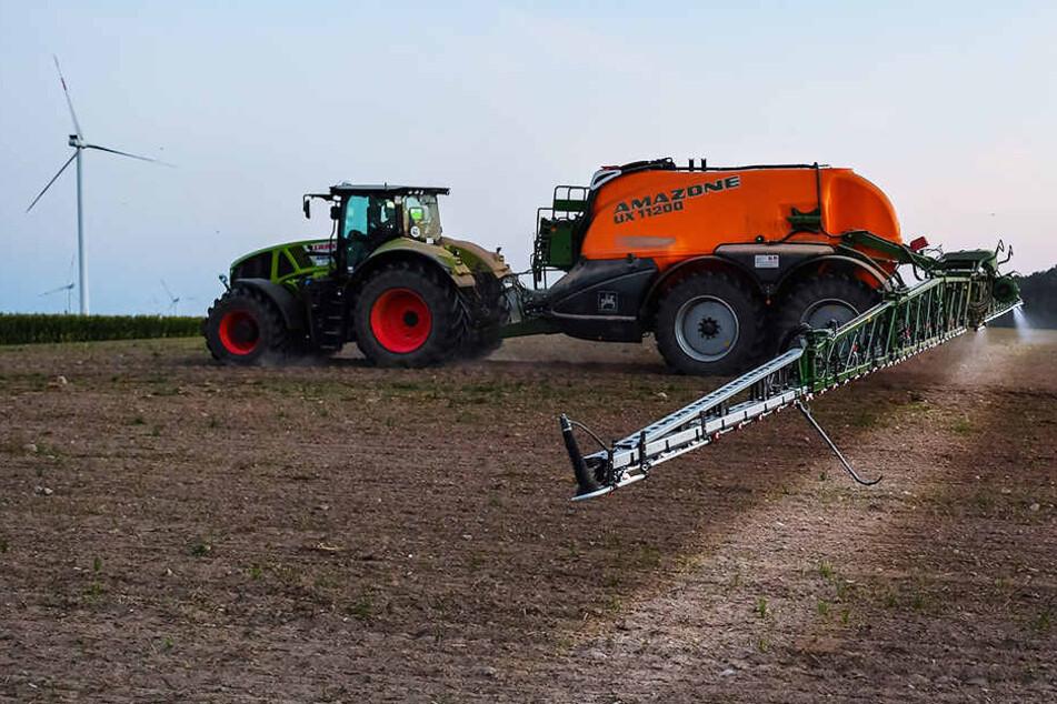 Von drei Bauern fordert der Mann mehrere Zehntausend Euro Schadenersatz. (Symbolbild)