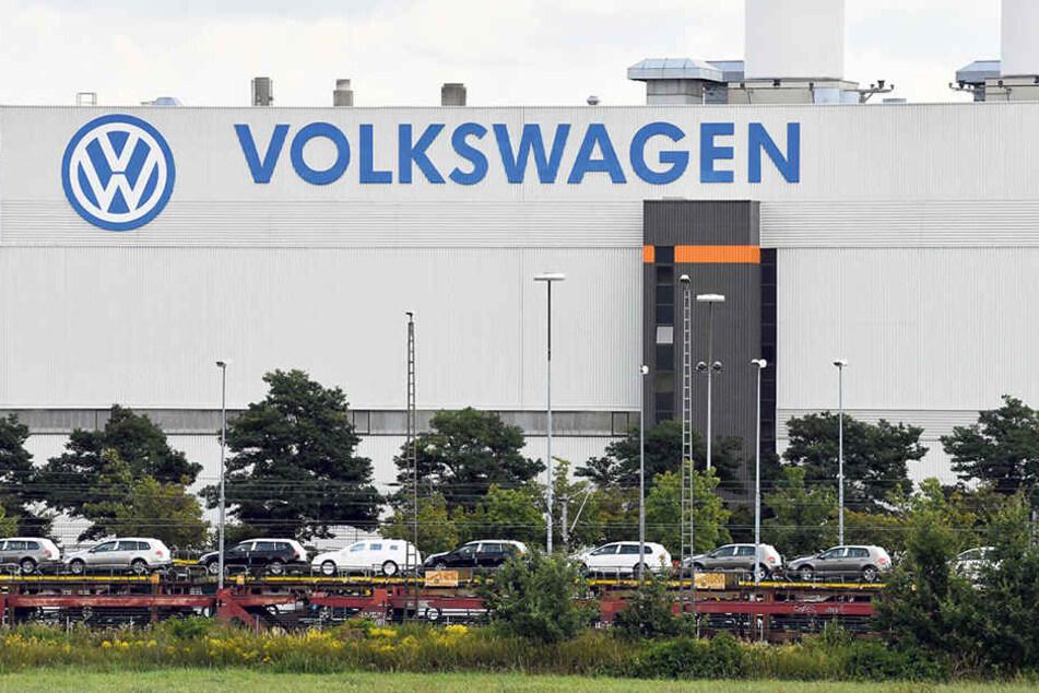 Volkswagen in Sachsen: Züge mit Neufahrzeugen stehen vor dem VW-Werk in Zwickau.