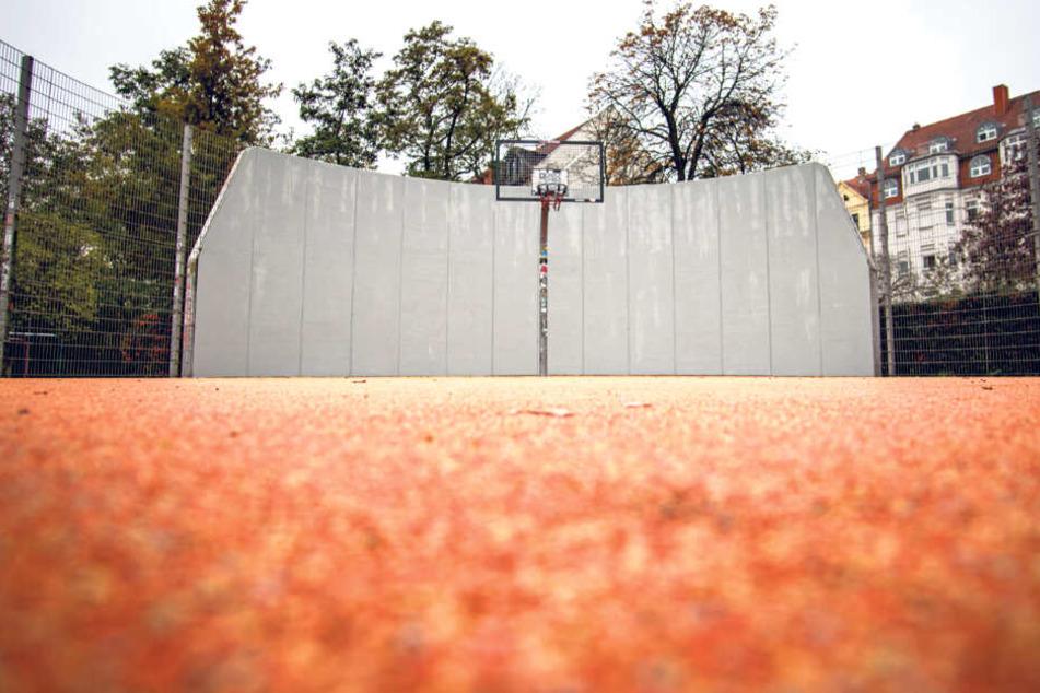 Für wenige Stunden waren die linken Graffiti am Connewitzer Kreuz Geschichte.