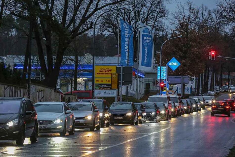An der Fischhausstraße staut sich der Verkehr teilweise bis in die Heide zurück.