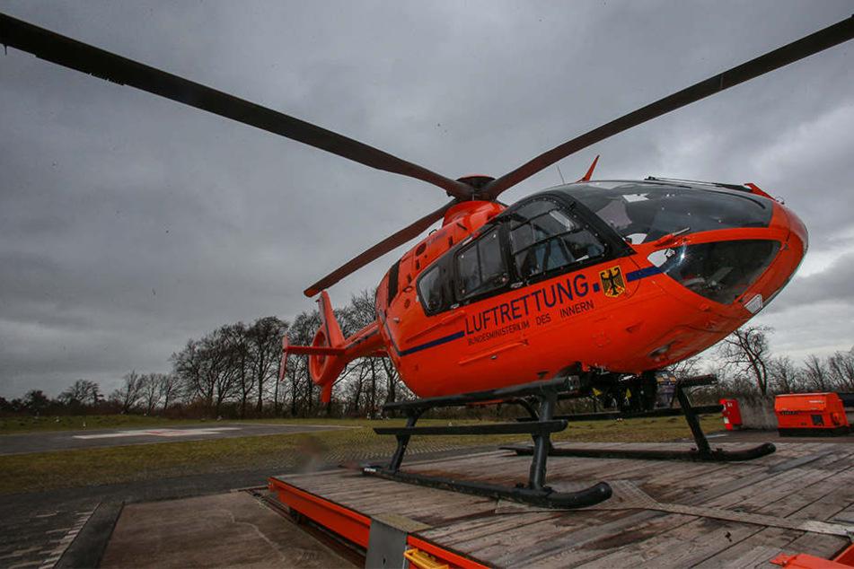 """Der Hubschrauber """"Christoph 13"""" ist in der Luft, um den Mann zu versorgen (Symbolbild)."""