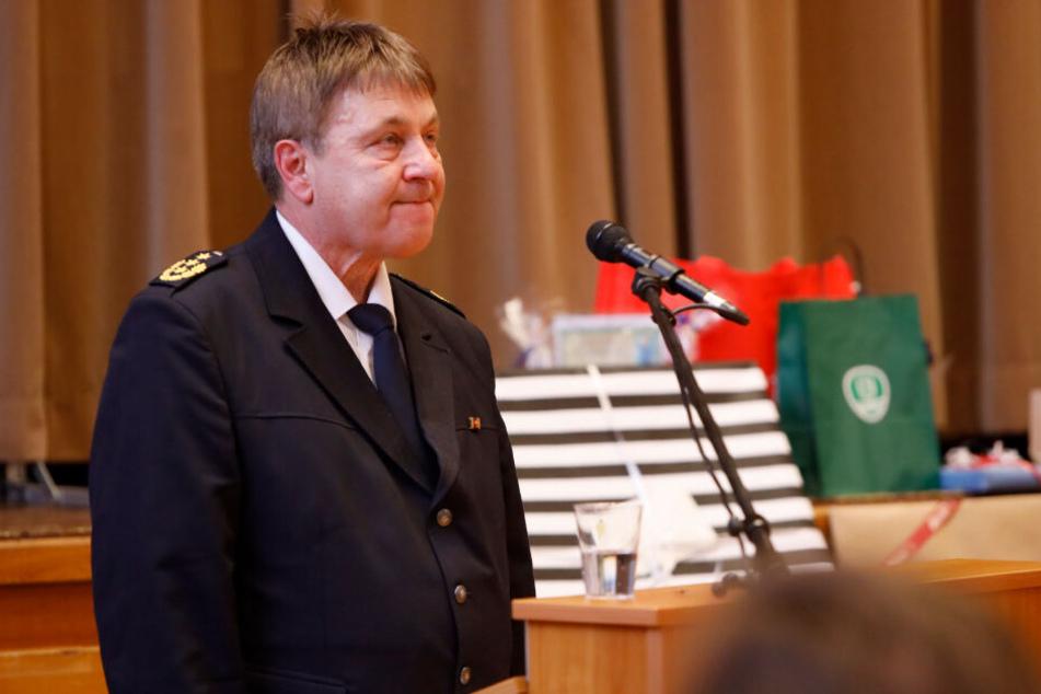 Gerührt blickt Polizeichef Bernd Merbitz (62) in den Saal, als nach seiner Abschiedsrede stehender Applaus aufbrandet.