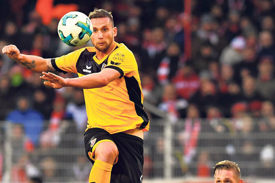 Manuel Konrad klärt volley.