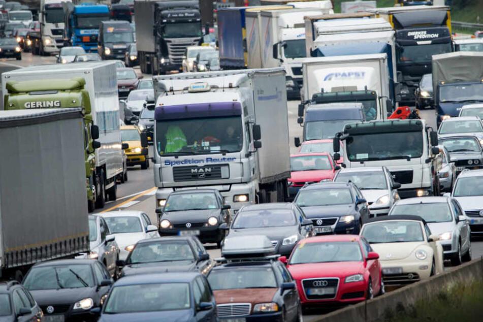 Sattelzug verliert Diesel: A45 stundenlang gesperrt