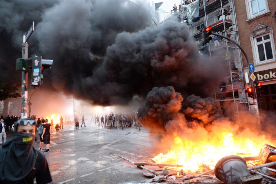 Bei den Protesten gegen den G20-Gipfel in Hamburg wurden in der Sternschanze Barrikaden errichtet und angezündet.