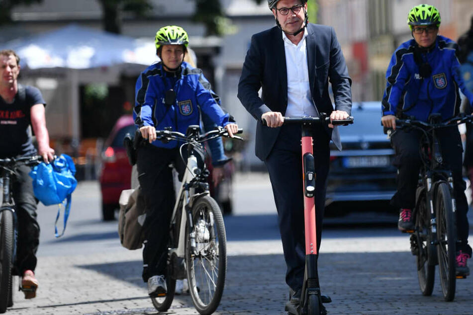 Ex-Innenminister Georg Maier testete die Roller im Sommer noch selber.