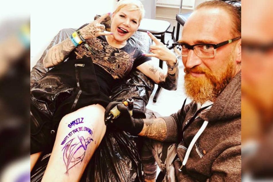 Melanie Müller (30) lässt ihre Fan-Liebe unter die Haut gehen.
