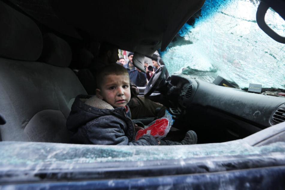Ein Junge sitzt weinend nach einem Luftangriff in Ariha, nahe Idlib, im Auto. Insgesamt 800.000 Menschen sind in der Region auf der Flucht.