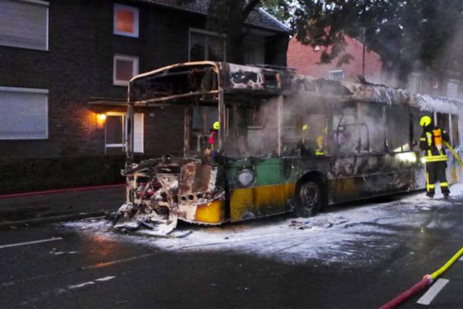 bus v llig ausgebrannt fahrer rettet sich in letzter sekunde. Black Bedroom Furniture Sets. Home Design Ideas