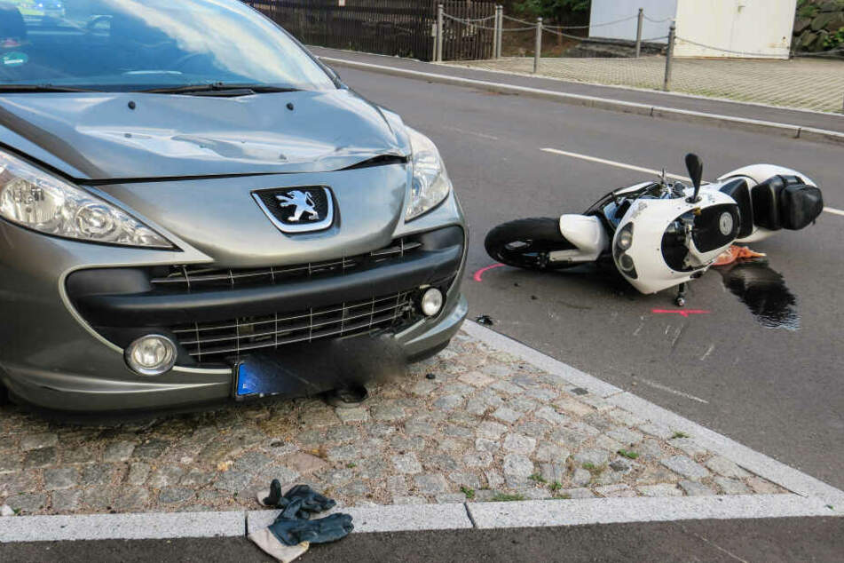 Motorrad kracht gegen Transporter: Fahrer schwer verletzt
