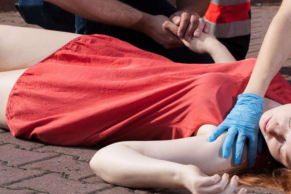 Die junge Frau konnte sich nicht mehr selbst helfen. Ihr Freund suchte Hilfe bei der Münchner Feuerwehr (Symbolbild).