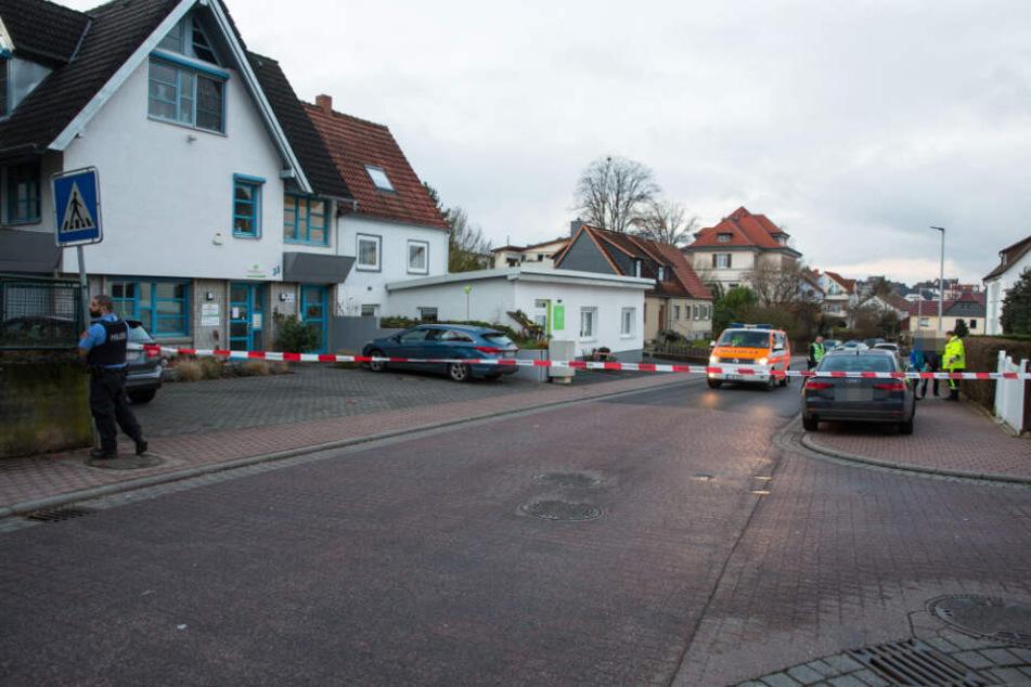 Der Bereich um das Haus wurde abgesperrt.