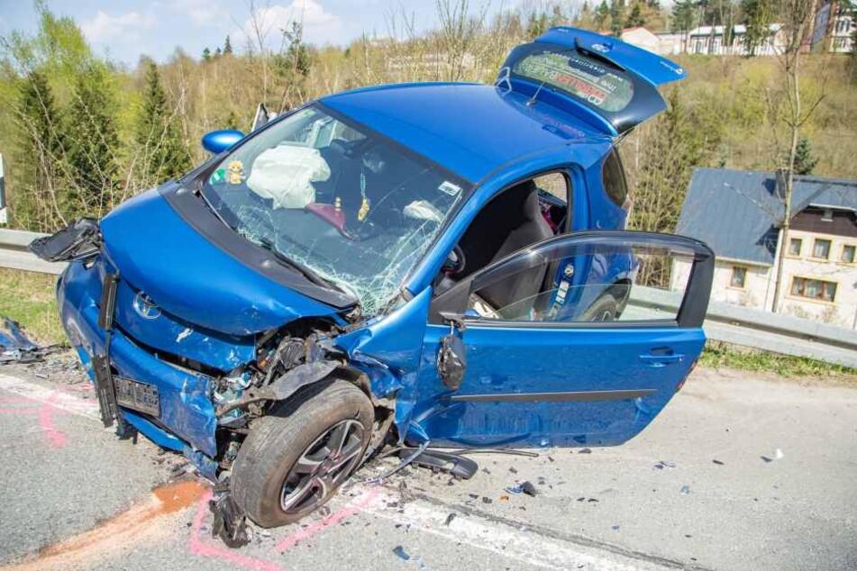 Der Toyota wurde durch den Aufprall auf die Leitplanke geschleudert.