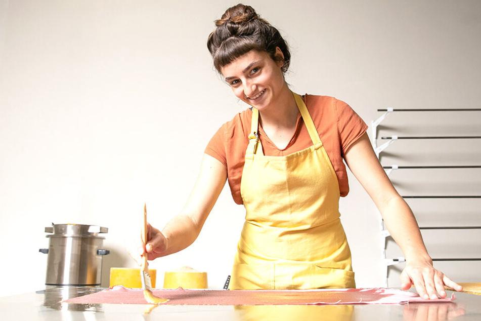 Reine Handarbeit: Per Pinsel tränkt Marie Nestler (24) die Tücher mit erhitztem Bienenwachs.