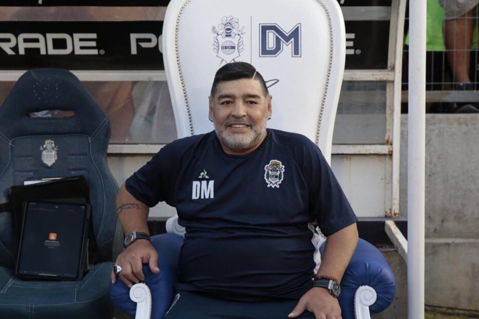 Da sitzt er, stolz wie Bolle: Diego Armando Maradona.