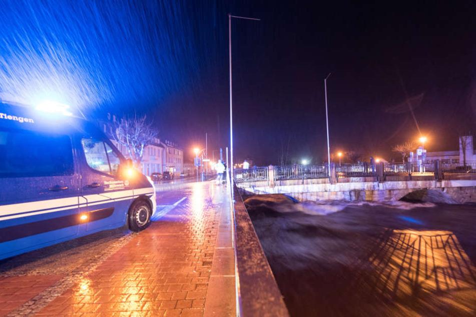 Ein THW-Fahrzeug steht in St. Blasien neben dem Fluss Alb. Die Einsatzkräfte waren die ganze Nacht im Einsatz.