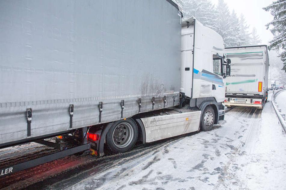 Auf der B101 zwischen Heinzebank und Pockau stellten sich zahlreicher Laster quer.