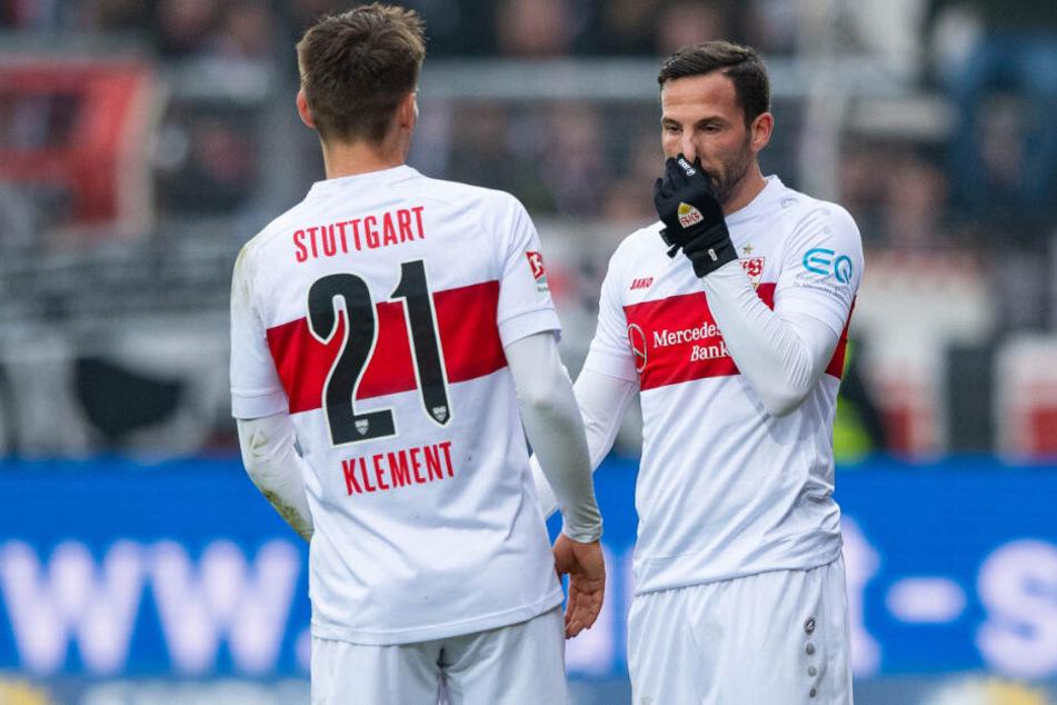 Stuttgarts Gonzalo Castro (r) und Stuttgarts Philipp Klement stehen bei der Pleite in Osnabrück auf dem Platz.