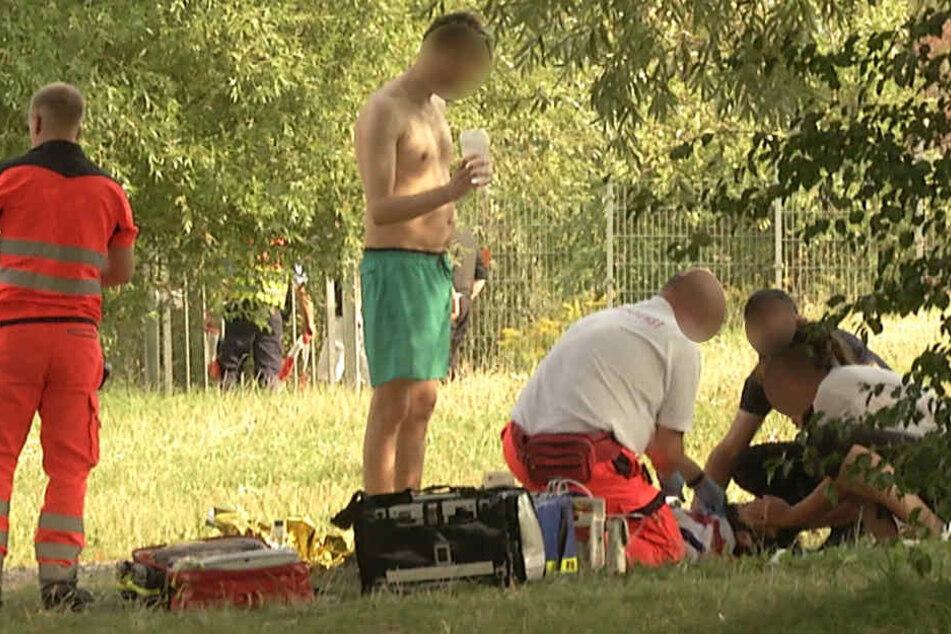 Rettungskräfte versuchten, das Leben des 27-jährigen Mannes zu retten. Am frühen Abend verstarb er jedoch im Krankenhaus.