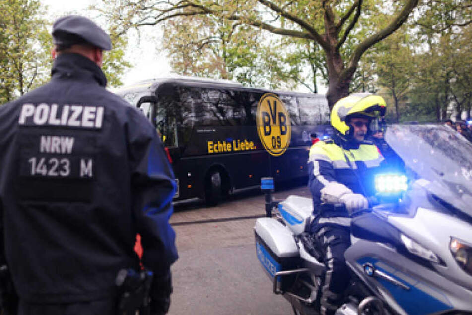 Vor dem Spiel gegen Eintracht Frankfurt wurde der Mannschaftsbus des BVB mit großen Sicherheitsvorkehrungen geschützt.