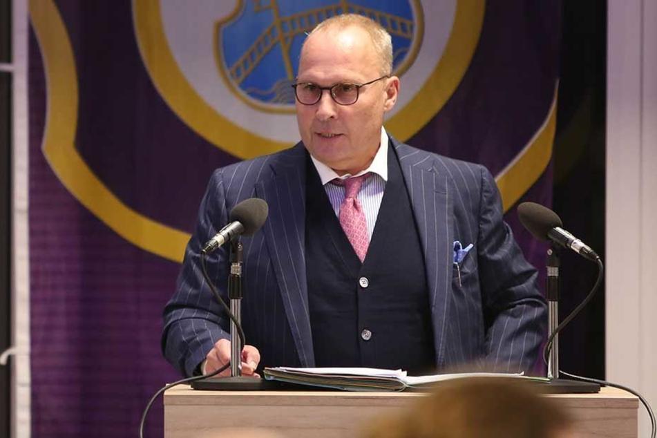Aues Präsident Helge Leonhardt spricht auf der Mitgliederversammlung.