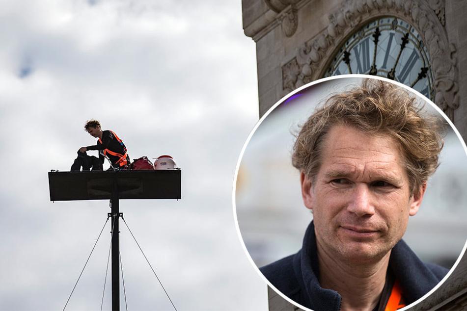 Der französische Künstler AbrahamPoincheval lebt fünf Tage auf einer 20 Meter hohen Plattform.