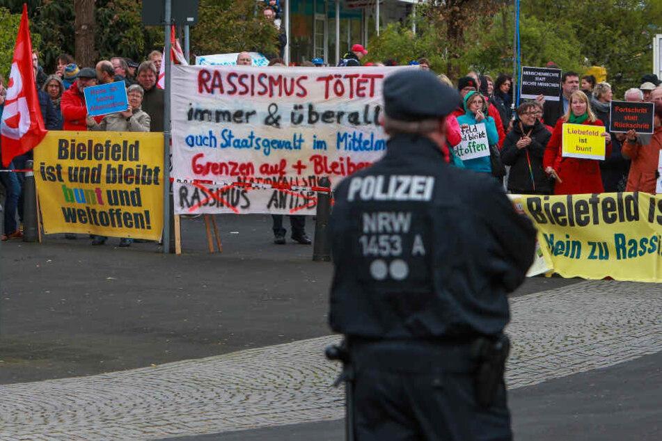 """""""Bielefeld ist und bleibt bunt und weltoffen"""" steht auf den Schildern. (Archivbild)"""