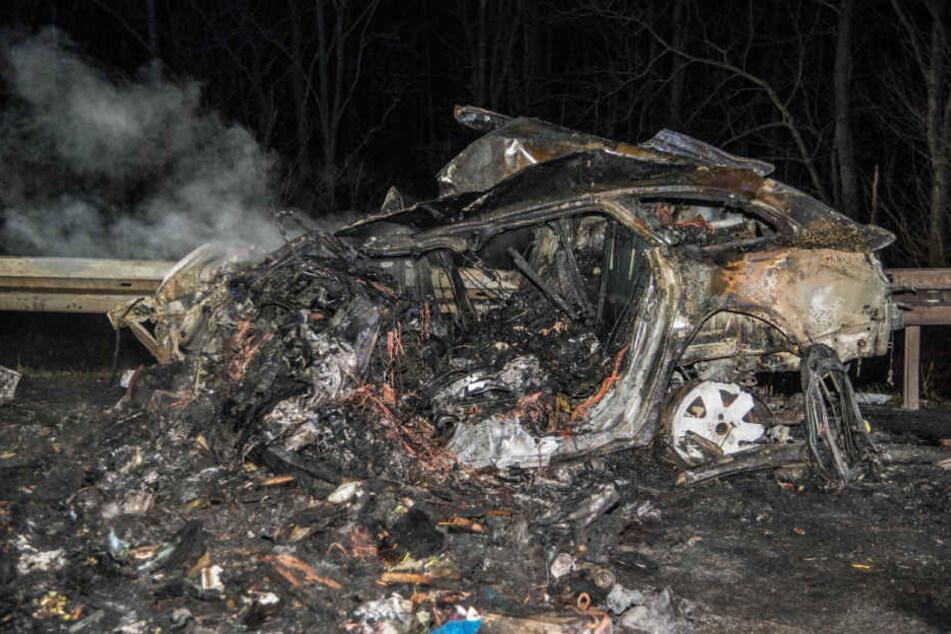 Bis zur Unkenntlichkeit verbrannte ein Mensch in den Trümmern dieses Audis.