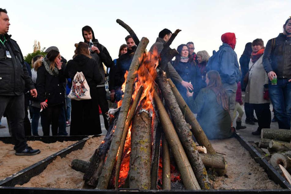Im Mauerpark feiern Berliner und Tourismus an einem Walpurgisfeuer.,