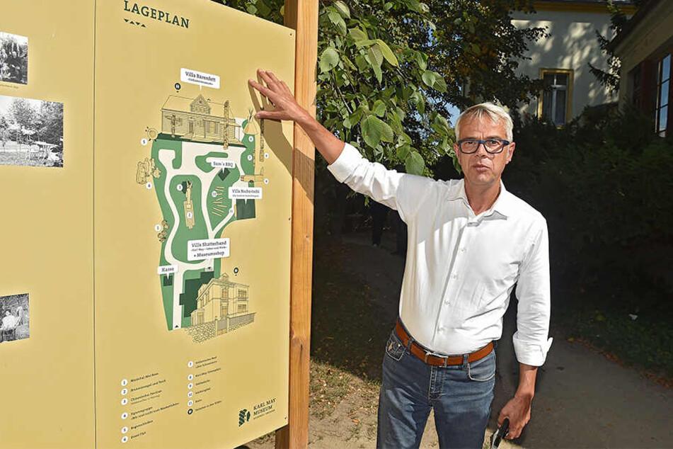 Direktor Christian Wacker (53) zeigt den Standort des Neubaus.