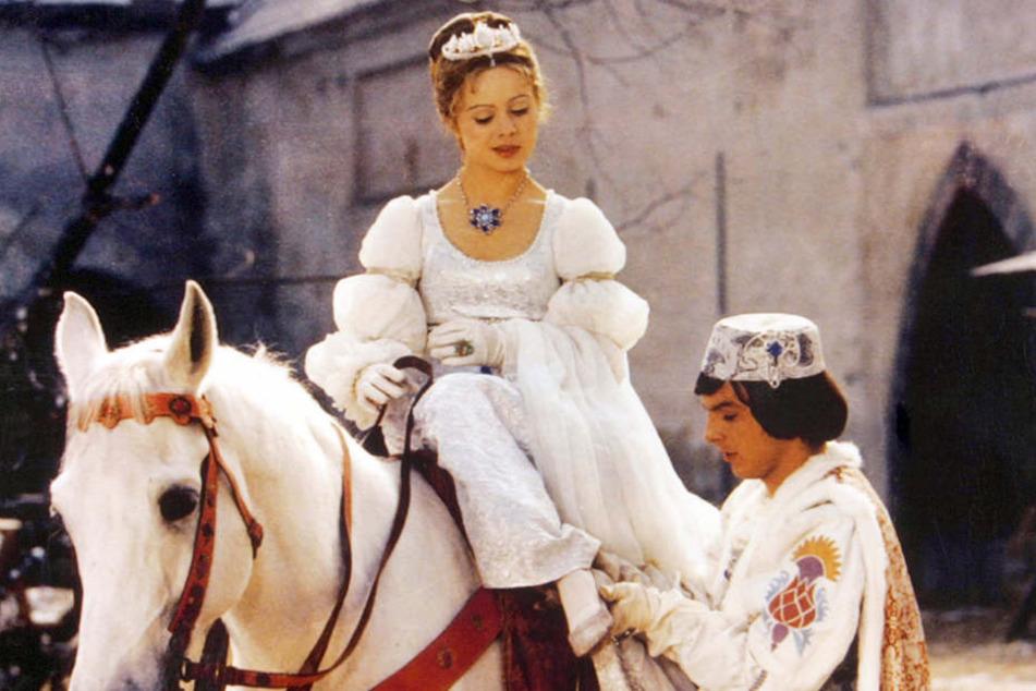 Eine wahrlich märchenhafte Liebesgeschichte: Der Prinz verliebt sich in das arme Aschenbrödel.
