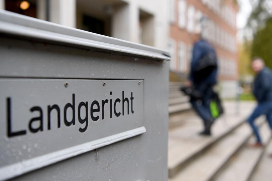 Für eine lebensgefährliche Messerattacke auf seine ehemalige Lebensgefährtin wurde ein iranischer Asylbewerber vom Kieler Landgericht verurteilt.