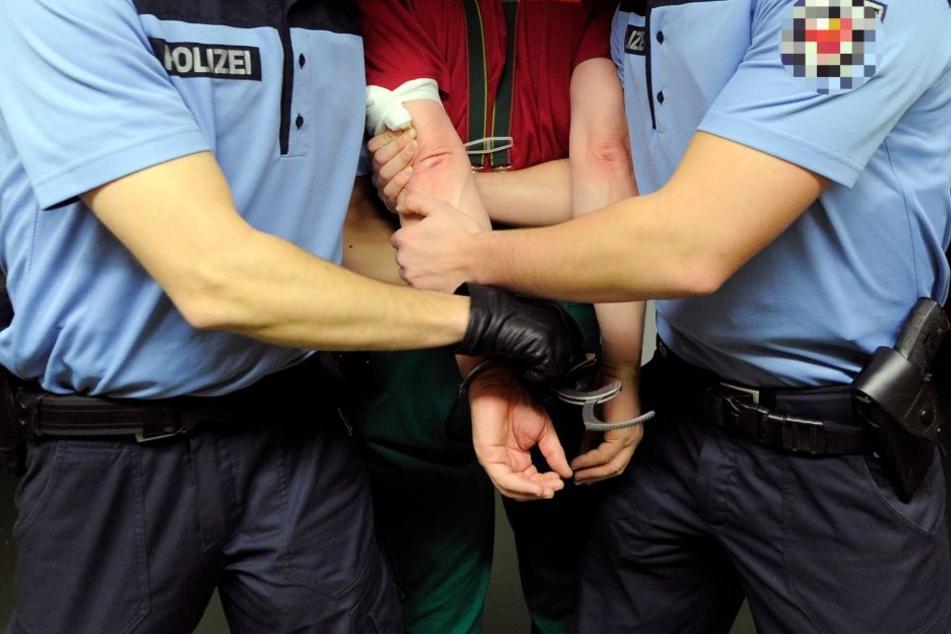 Männer erscheinen als Zeugen vor Gericht und gehen in Handschellen