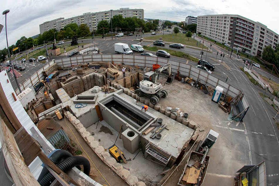 Aktuell wird der Verkehr am Rathenauplatz noch um die Baustelle herumgeführt.