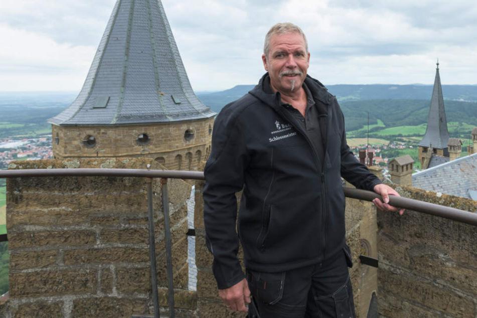 Joachim Piller, Schlossmeister auf Burg Hohenzollern steht auf einem Turm.