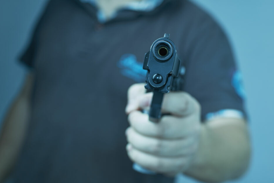 Zwei Männer haben ein Restaurant in Berlin-Gropiusstadt mit einer Pistole überfallen (Symbolbild).