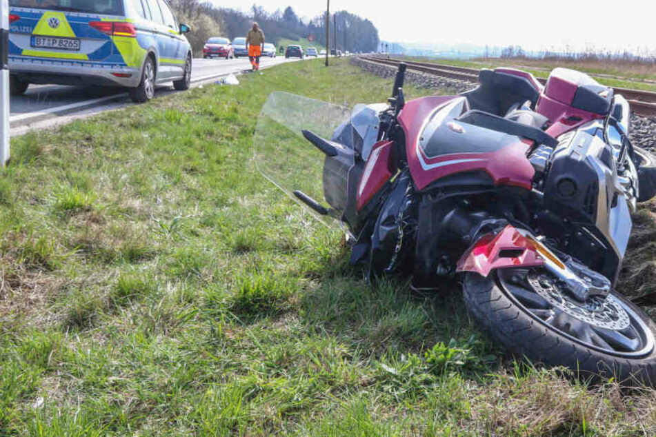 Biker kracht in abbiegendes Auto: Mann erleidet bei Crash schwere Verletzungen