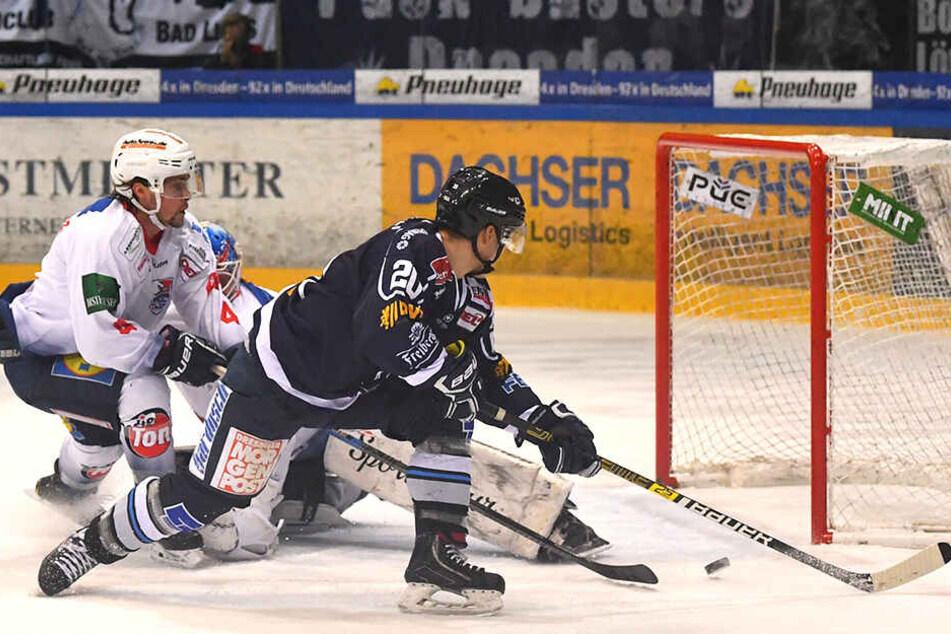 Falken-Keeper Mirko Pantkowski liegt auf dem Eis (verdeckt), aber Eislöwen-Dennis Palka hatte hier kein Glück beim Torabschluss.
