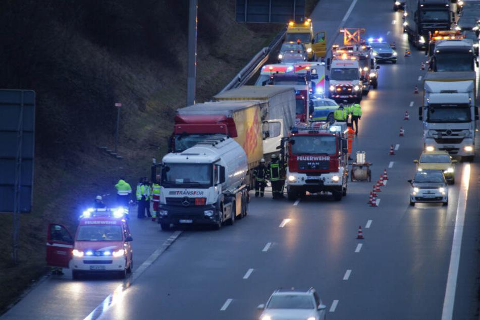 Drei Lkw krachen auf A8 ineinander: Fahrer wird eingeklemmt und schwer verletzt
