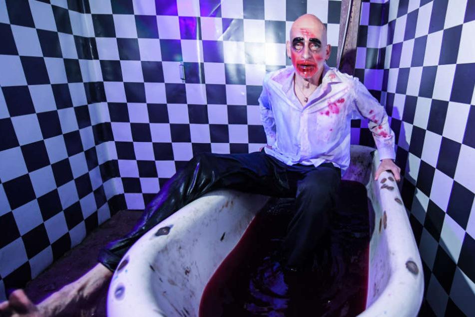 Ein Monster-Darsteller steigt in eine mit Kunstblut gefüllte Badewanne.