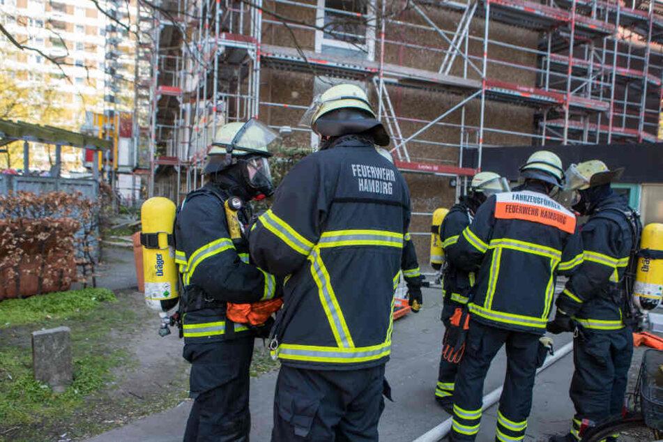 Die Feuerwehrkräfte besprechen die Lage vor Ort.