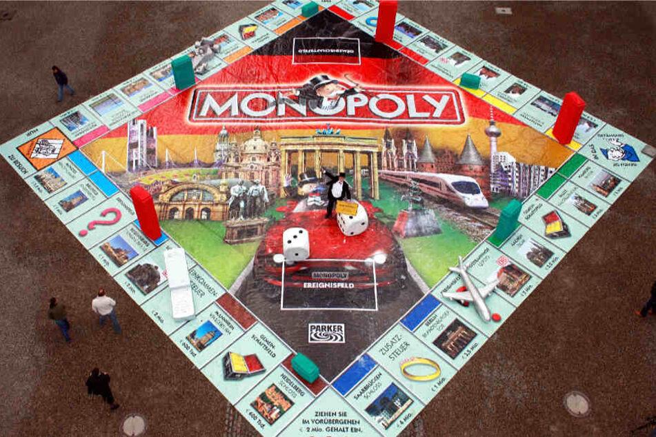 Im Jahr 2007 wurde Monopoly Deutschland mit einem überdimensionalen Spielbrett in Saarbrücken präsentiert.