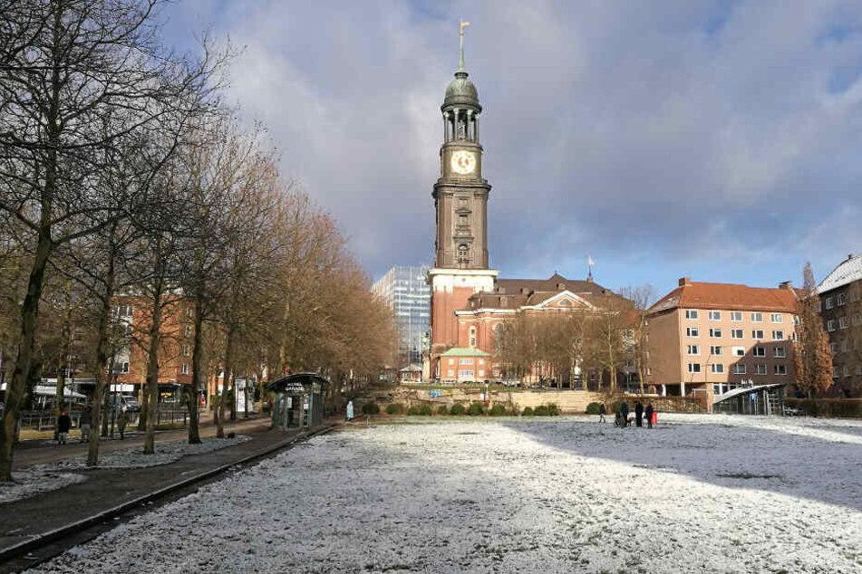 Der Schneefall in der Nacht auf Freitag hinterließ auch die Michelwiese in Hamburg mit einem weißen Überzug.